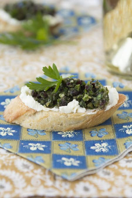 cranberry pesto crostini with chevre