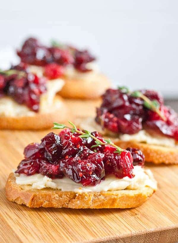 crostini with brie and roasted cranberries