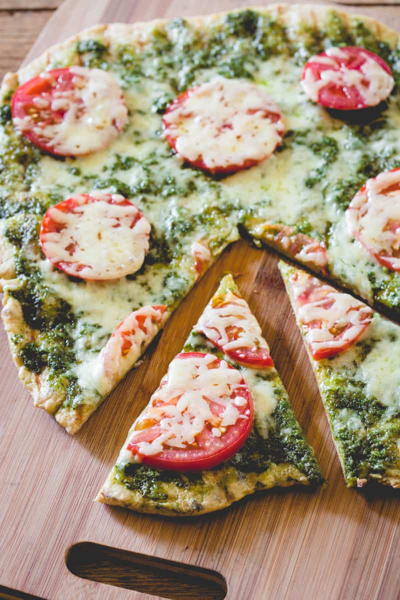 5-ingredient grilled pesto pizza