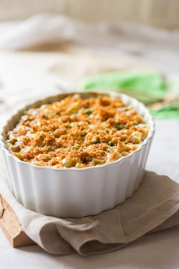 Healthy macaroni and cheese with cauliflower, peas and edamame