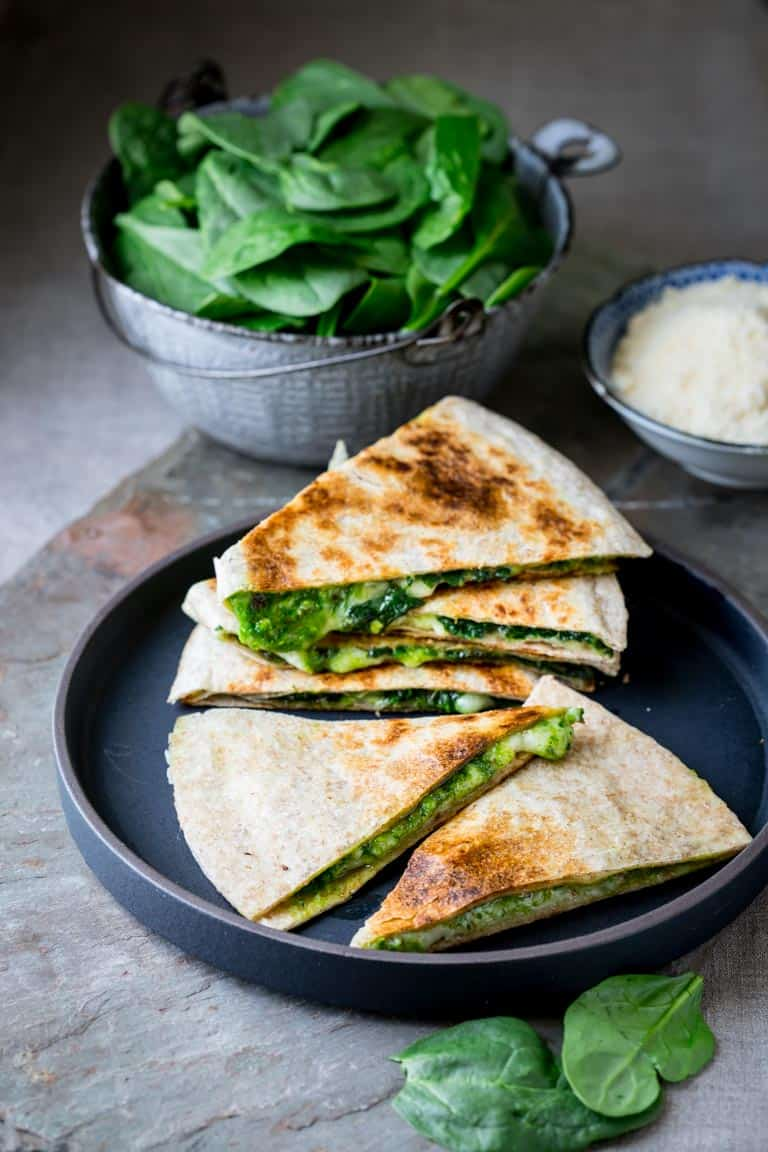 These vegetarian Spinach Pesto and Cheddar Quesadillas are ready in only 20 minutes, for a super fast and kid-friendly dinner. #cheese #quesadilla # kidfriendly #quick #vegetarian #pesto