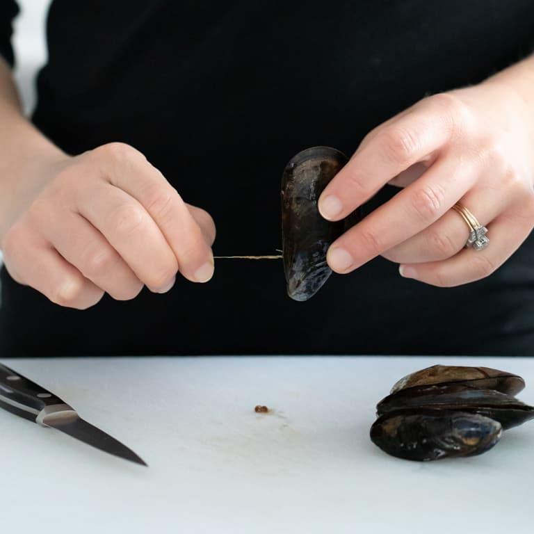 Debearding a mussel