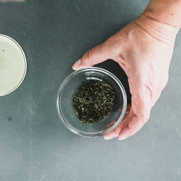 Combine oregano, thyme and garlic powder in a small dish.