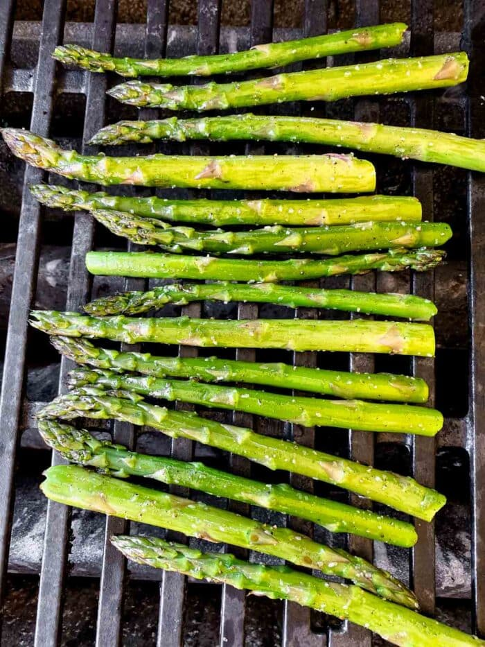 asparagus on the grill grates